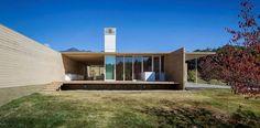 La casa de cedro, un lujo con la simpleza de Shigeru Ban. Es una de las últimas obras del arquitecto japonés ganador del Pritzker 2014. La obra es un homenaje al arquitecto alemán y maestro del Movimiento Moderno, Ludwig Mies van der Rohe. #arquitectura #arquitecturasingular