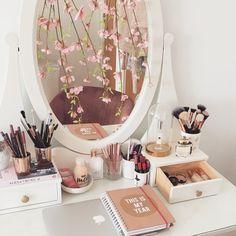 The Best Photos Storage Makeup Reflections, Une astuce toute simple Makeup Vanity Decor, Makeup Room Decor, Room Ideas Bedroom, Home Decor Bedroom, Reading Room Decor, Beauty Table, Deco Rose, Make Up Storage, Hemnes