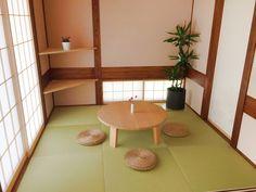 新築完成内覧和室のコーディネート。 渋目の陶器に入ったドラセナが部屋の雰囲気にマッチしています。