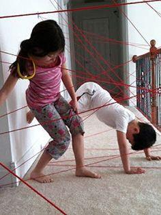 spiderman web maken van rood touw en de kinderen hier doorheen laten klauteren