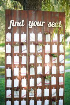 Recicla una puerta de madera y coloca en ella los nombres y números de cada mesa de boda
