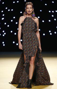 La apertura del desfile #Juanjo #Oliva con la Top Model internacional #Nieves #Álvarez, desfilando con un impresionante #look, un #vestido de costura con estampado liberty con sudadera negra de la que resaltaba el mosquetón dorado con #orquídeas y cardos a modo de pendiente.