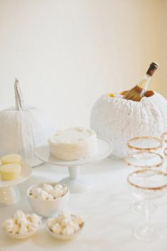Check Out 33 Elegant White Halloween Decor Ideas. White is not a traditional color for Halloween decor but it looks so beautiful and sophisticated! Casa Halloween, Halloween Dinner, Halloween Themes, Happy Halloween, Halloween Decorations, Halloween Parties, Fall Decorations, Thanksgiving Celebration, Halloween Celebration