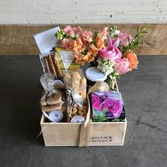 The Camelback Flowershop in Phoenix offers same day flower delivery for all your special occasions. Locals love our flower shop and you will too! Creative Gift Baskets, Gift Baskets For Women, Mother's Day Gift Baskets, Wine Baskets, Gift Hampers, Basket Gift, Creative Gifts For Boyfriend, Boyfriend Gifts, Boyfriend Ideas