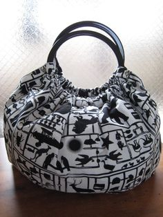 Diy And Crafts Sewing, Sewing Projects, Wooden Handle Bag, Frock Patterns, Frame Purse, Embroidery Bags, Fabric Bags, Casual Bags, Balenciaga City Bag