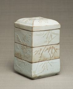 Tiered box with stamped design of Four Gentlemen (orchid, bamboo, chrysanthemum, plum blossoms). Joseon Dynasty, the early 19th century. Joseon. 19.4×12.4 cm. No.10032