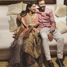 Sonam Kapoor and Anand Ahuja's Mehandi ceremony was held at her Juhu residence yesterday. It was a private ceremony where family and close friends were there to shower their love to the lovely couple. Since it's Kapoors the celebration was undoubtedly crazy. #AnilKapoor #ArjunKapoor #SonamKapoorAnandAhujawedding