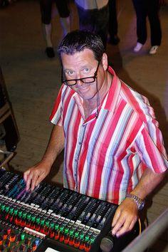 Peter sorgt jeden Abend für den guten Ton - unsere PA hat er voll im Griff. So hat nahezu jeder Besucher im Bierzelt den gleichen Sound - natürlich von MANYANA :-)