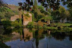 Ninfa (Italy), medieval village ruins and botanical gardens - Ninfa (Italie) petite ville médiévale en ruine et jardin botanique