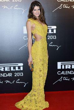 Isabelli Fontana, luce un espectacular vestido amarillo corte cut out en la fiesta del Calendario Pirelli