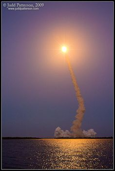 ✯ Space Shuttle Discovery rockets into orbit - Florida