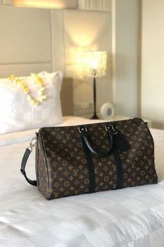Travel in style with a spacious Louis Vuitton Keepall 45 bag. Durable and dependable. Stylish and sophisticated. Louis Vuitton Hombre, Louis Vuitton Shoes, Louis Vuitton Handbags, Louis Vuitton Monogram, Louis Vuitton Keepall 45, Louis Vuitton Speedy Bag, Louise Vuitton, Luxury Bags, Look Fashion
