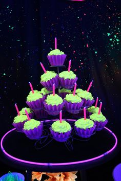 Blacklight Glow Party Green Cupcakes Frosting recipe: 2 lb powdered sugar 2 cups shortening cup milk teaspoon salt teaspoon imitation butter 2 teaspoons almond extract 3 mg) Vitamin capsules 20 drops neon green food coloring Glow In The Dark Cupcakes, Glow In Dark Party, Black Light Party Ideas, Party Kulissen, Party Deco, Ideas Party, Glow Party Food, Neon Party Foods, Epic Party