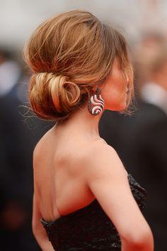 Und so sieht die antoupierte Hochsteckfrisur von Cheryl Cole von hinten aus. Die toupierten Haare werden locker zurückgenommen und im Nacken über die Hand