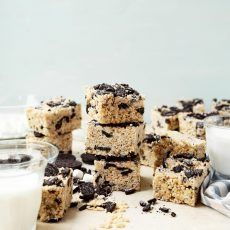 Brown Butter Cookies and Cream Rice Krispie Treats (Joy The Baker) Just Desserts, Delicious Desserts, Dessert Recipes, Cookie Recipes, Cookie Ideas, Mini Desserts, Dessert Ideas, Brown Butter Cookies, Cookies And Cream