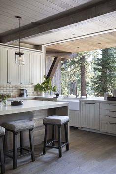 The Calm of Nature at Every Turn – Mountain Living This family's dreamy Martis Camp home balances foot traffic and all-season durability with indoor-outdoor tranquility. Home Interior, Interior Design Kitchen, Interior Ideas, Indoor Outdoor Kitchen, Outdoor Kitchen Countertops, Kitchen Island, Mountain Living, Mountain Homes, Home Decor Kitchen
