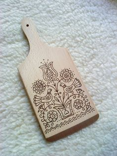 Hungarian motifs on a chopping board, change the patterns to more Estonian or Scandinavian folk Wood Burning Crafts, Wood Burning Patterns, Wood Burning Art, Wood Crafts, Diy And Crafts, Hungarian Embroidery, Folk Embroidery, Embroidery Patterns, Diy Projects To Try