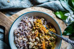 Vegetariánské Red Curry s mungo fazolkama Mung Bean, Kitchenette, Paella, New Recipes, Acai Bowl, Food Photography, Curry, Beans, Vegetarian