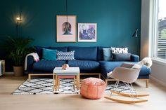 sininen sohva, turkoosi seinä