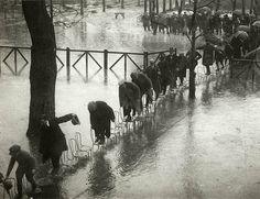 Cuando busques una silla, busca una que te soluciones varios problemas a la vez! (Inundación en París. 1924)