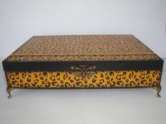 Minha Amiga Quem Fez. Mais uma da Coleção Animal Print.  Caixa de Jóias em MDF, pintura em stencil, em tons envelhecidos, aplicação de strass, pés e fecho em ouro velho, e flocagem interna em preto.