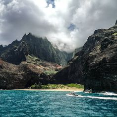 The beach where a part of the movie Jurassic Park was filmed. Boats are not allowed to land on the beach of the hidden and isolated Honopū valley. Jurassic Park, Boats, Hawaii, Mountains, Film, Instagram Posts, Movies, Travel, Outdoor