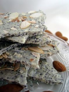 Weiße Bruchschokolade mit Mohn und gerösteten Mandeln
