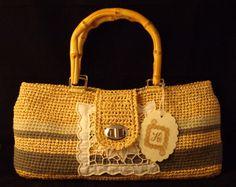 Bolso de rafia y algodón con asas de madera y aplicación bordada...