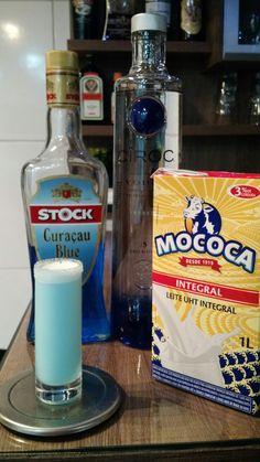 * LUNA AZUL * - 15 ml. Vodka - 15 ml. Licor Curaçau Blue - 15 ml. Leite Integral - Açúcar (para crustar o copo) - Cruste um copo de Vodka com licor curaçau blue e açúcar. - Coloque todos os ingredientes em uma coqueteleira com gelo e agite bem. - Sirva em um copo de Vodka crustado.