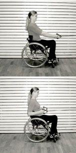 """Styrketräning för axlarna för dig som sitter i rullstol. Sittande rodd med gummiband. Läs om hur du utför övningen i Anna-Carin Lagerströms häfte """"Styrketräningsprogram för axlarna i tre steg""""."""