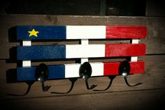 Acadien flag made from wood with spoon the hang your coat or anything you want ? Woodworking Guide, Custom Woodworking, Woodworking Projects Plans, American Flag Wood, Diy Signs, Wood Signs, Detailed Drawings, July Crafts, New Brunswick