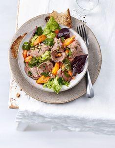 Régale-toi avec cette salade de luxe: pour la garniture, nous coupons en fines lamelles du filet de veau préalablement poché dans un bouillon aux fines herbes. Il est accompagné de carottes vapeur, de graines de tournesol et de beaucoup de fines herbes fraîches. Vinaigrette, Filets, Meat, Food, Sunflower Seeds, Carrots, Salad, Lush, Healthy Nutrition