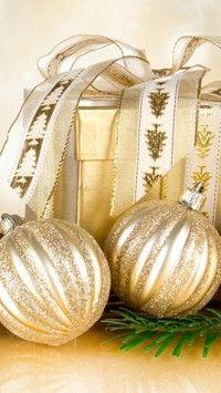 Złote bombki i prezent