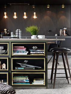 Arkitektkök -  Mija Kinning tokar Ballingslöv. På köksön har en olivgrön nyans adderats, och den utskjutande skivan i gråoljad ask ger extra sittplatser.