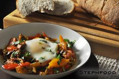 Shakshuka - Eggs in tomato and pepper sauce Tomato Sauce, Mashed Potatoes, Eggs, Stuffed Peppers, Dishes, Cooking, Breakfast, Ethnic Recipes, Food