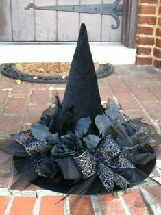 Black as Night Halloween Witches Hat by English Rose Designs via Etsy (caption previous pinner, thanks) GRS says: Ahhh. Love the black flowers and ribbons on it. Fröhliches Halloween, Holidays Halloween, Halloween Decorations, Vintage Halloween, Halloween Makeup, Halloween Costumes, Witch Party, Hallowen Ideas, Witch Costumes