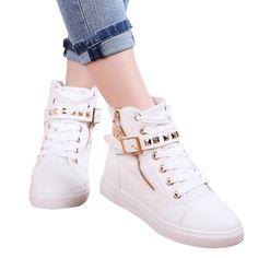 Sapato branco com detalhes dourados com cadarço e algumas partes pequenas na lateral de oncinha :)