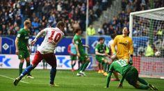 Die Erlösung: Lasogga (l.) hat die Kugel volley zum 3:2 unters Dach genagelt. Sein erstes Tor seit dem achten Spieltag