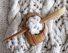 숄, 스카프, 재킷 등의 니트 아이템을 위해 설계 나무 목도리 핀이 손수 나무 핀 라일락 나무에서 이루어집니다