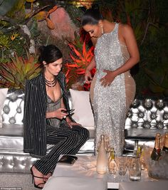 Find images and videos about girl, kim kardashian and bella hadid on We Heart It - the app to get lost in what you love. Kim Kardashian Images, Kardashian Family, Kardashian Style, Kardashian Jenner, Kardashian Fashion, Kendall Jenner, Fiesta Outfit, 1920s Outfits, Kim K Style