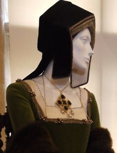 Catherine of Aragon's head piece and necklace