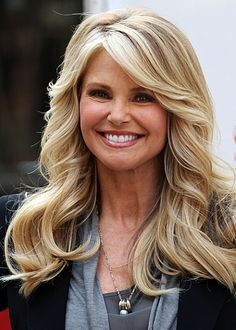 Plastic surgery guru says CHRISTIE BRINKLEY's age-defying beauty is the result of surgery. Hairdos For Older Women, Haircut Styles For Women, Short Haircut Styles, Long Hair Styles, Christie Brinkley, New Hair Do, Great Hair, Hairstyles Over 50, Cool Hairstyles