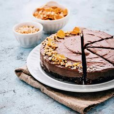 La cheesecake al cacao e nocciole senza cottura è una ricetta facile che si realizza in pochi minuti. È senza lattosio e senza glutine, provala subito!