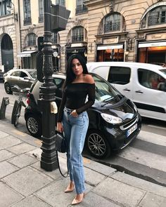 Mirtha Michelle wearing Onesixone Handbag made in leather. Street style and glamour. Slim Thick, Glamour, How To Make Handbags, Ootd, Mom Jeans, Street Style, Celebrities, Beautiful, My Style