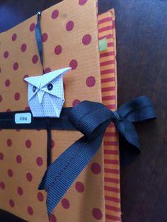 Capa para livro, 100% algodão, com fechamento em fita gorgurão e marcador de página origami de coruja.
