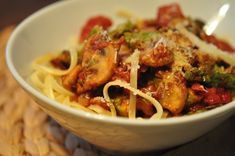 Fast & Easy Dinner: Spicy Bacon Spaghetti : Just because you're short on time doesn't mean you shouldn't make your own pasta sauce! Bacon Pasta Recipes, Spaghetti Recipes, Spicy Spaghetti, Edamame Spaghetti, Asparagus Pasta, Veggie Pasta, Spinach Pasta, Chicken Recipes, Food Network Recipes