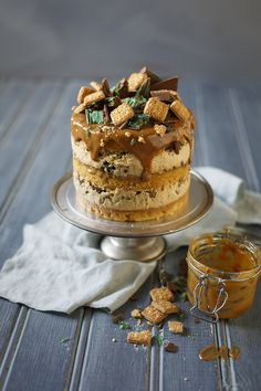 A twist on the South African peppermint crisp tart, this caramel peppermint crisp cake has layers of coconut sponge, tinned caramel and peppermint crisp! Tart Recipes, Sweet Recipes, Baking Recipes, Dessert Recipes, Dessert Ideas, Baking Tips, Recipes Dinner, Peppermint Crisp Tart, Peppermint Cake
