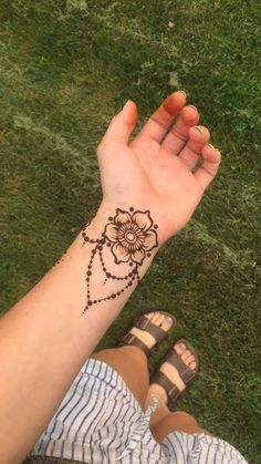 New Ideas Tattoo Wrist Henna Mehndi Designs Henna Designs Wrist, Pretty Henna Designs, Henna Tattoo Designs Simple, Mehndi Designs, Flower Designs, Henna Tattoo Hand, Wrist Henna, Small Henna Tattoos, Hand Tattoos