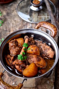Semur Ayam - Indonesian chicken and potato stew. Asian Recipes, Mexican Food Recipes, Healthy Recipes, Healthy Food, Dining Menu, Malay Food, Indonesian Cuisine, Indonesian Recipes, Western Food