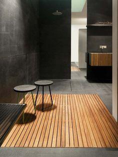 salle de bain avec sol en teck pour douche par Moab 80